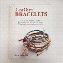 Leather Bracelets 33 STEP-BY-STEP INSTRUCTIONS for leather cuffs, bracelets, and bangles with knots, beads, buttons and charms (Taal Engels)